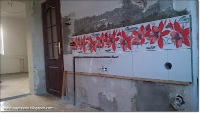 przyklejanie płytek na ścianie w kuchni