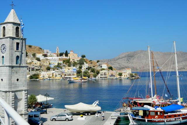 Porto de Gialos, na ilha grega de Sými, Dodecaneso