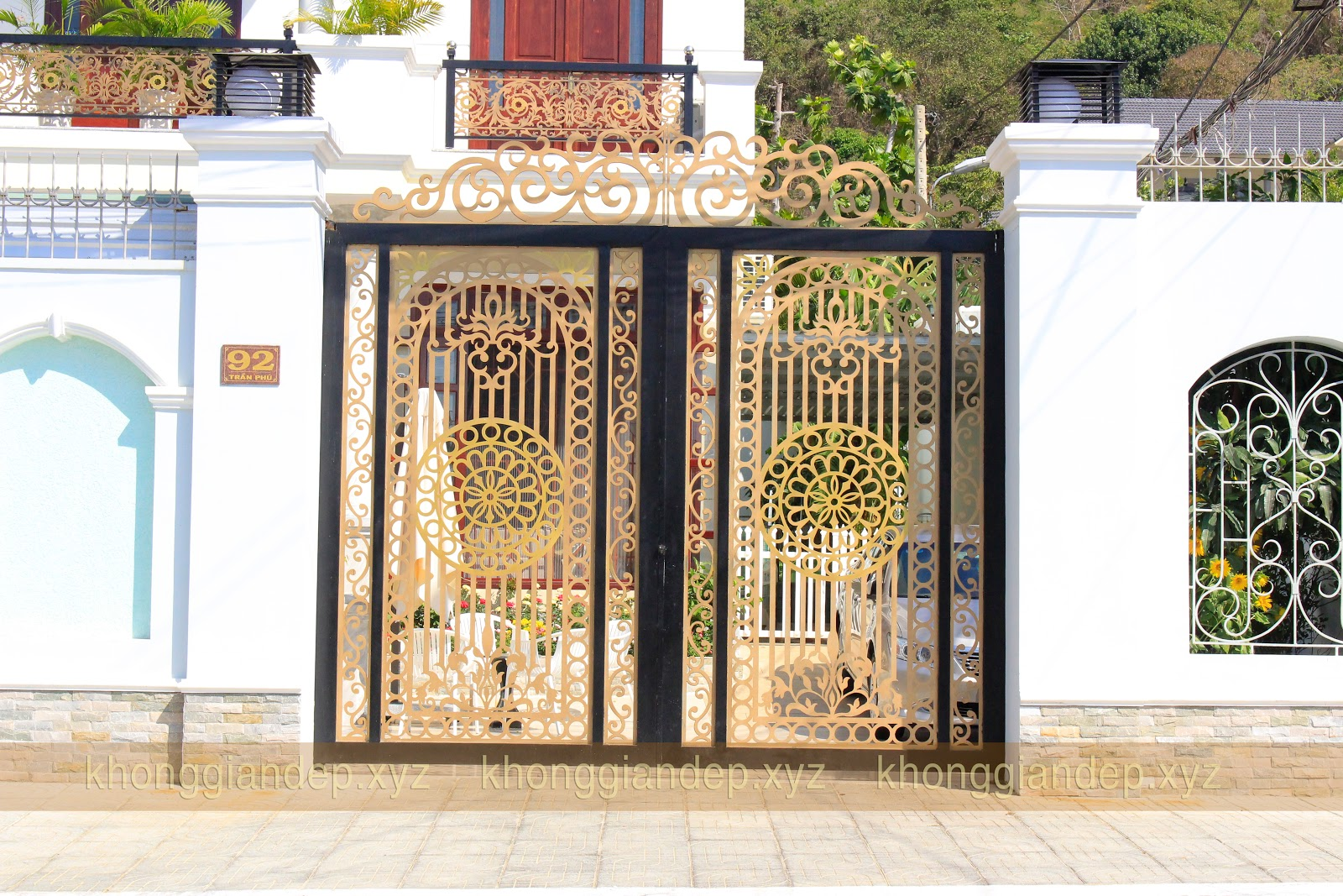 Đặt và xem báo giá Mẫu cửa cổng sắt nghệ thuật đẹp dành cho biệt thự nhà phố Mã số LCS-0005