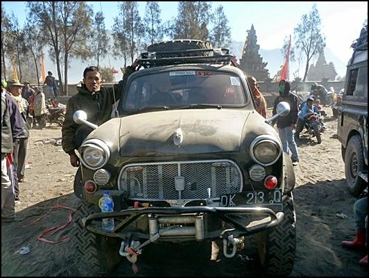 Berpose dengan mobil antik setelah upacara kasada