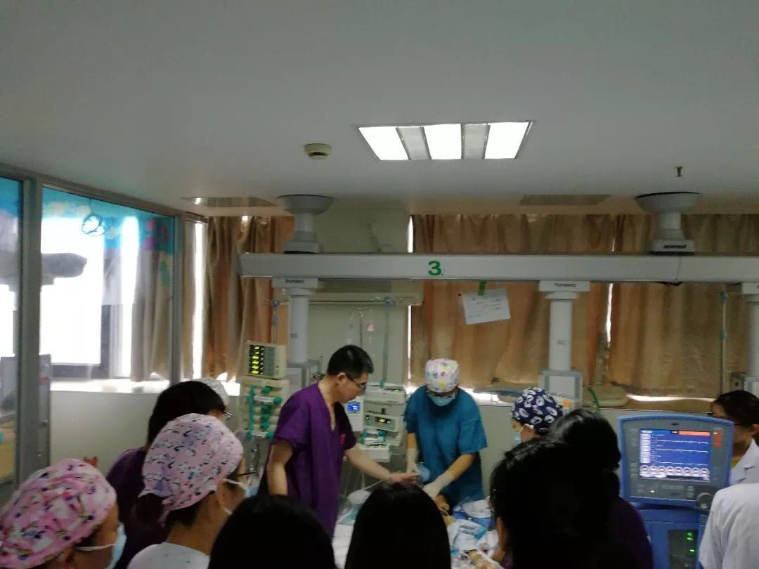 Medical staff perform CPR on Xiaoyu.