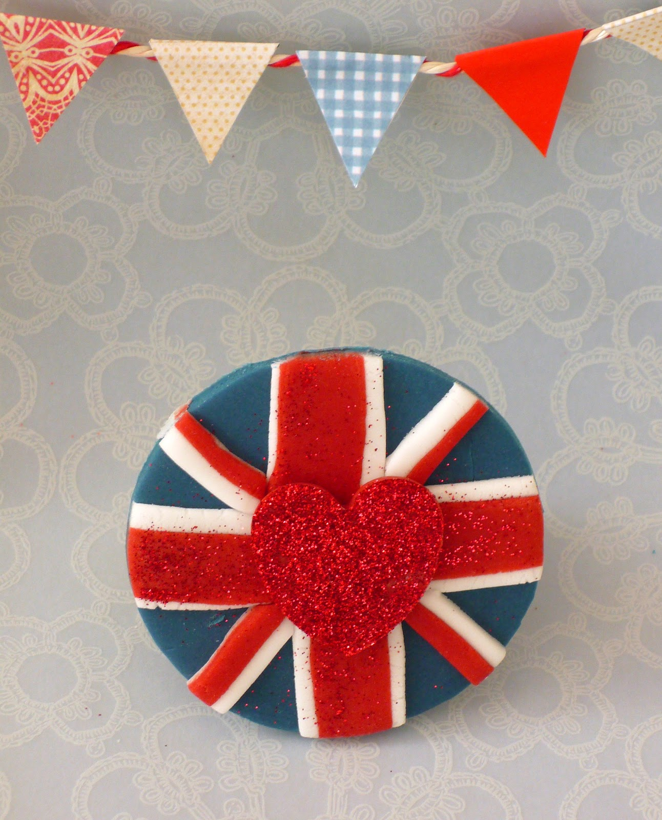 DIY Union Jack Cupcake Topper  - via BirdsParty.com