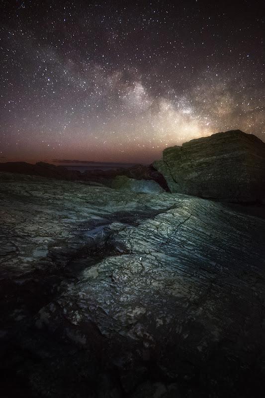 """Phần trung tâm chi chít sao của dải Ngân Hà đang vắt ngang bầu trời ở bờ biển bang Maine, Hoa Kỳ, vào một sáng sớm mùa đông. """"Vào thời gian này, phần tâm của dải Ngân Hà có thể quan sát rõ và chỉ xuất hiện vài tiếng trước khi Mặt Trời mọc,"""" tác giả cho biết. Hình ảnh: Charles Cormier."""
