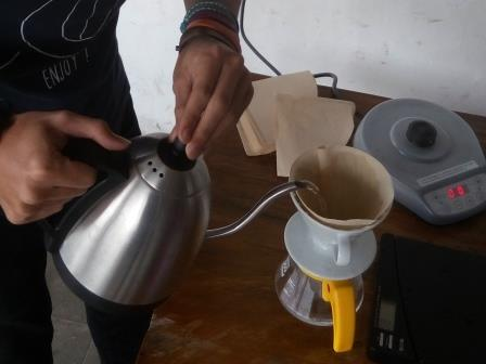 Membilas kertas saring sebelum manual coffee brewing di Yellow Truck Coffee