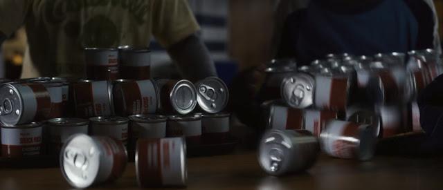 muchas latas de pudding rojas y blancas