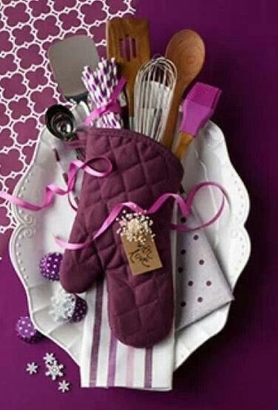Perlengkapan masak yang dikemas dalam sarung tangan untuk kado.