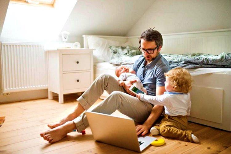 Birçok çalışan baba çocuklarına vakit ayırabilmek için işlerini evden halletmektedir.