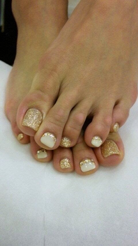 Uñas decoradas con brillo dorado