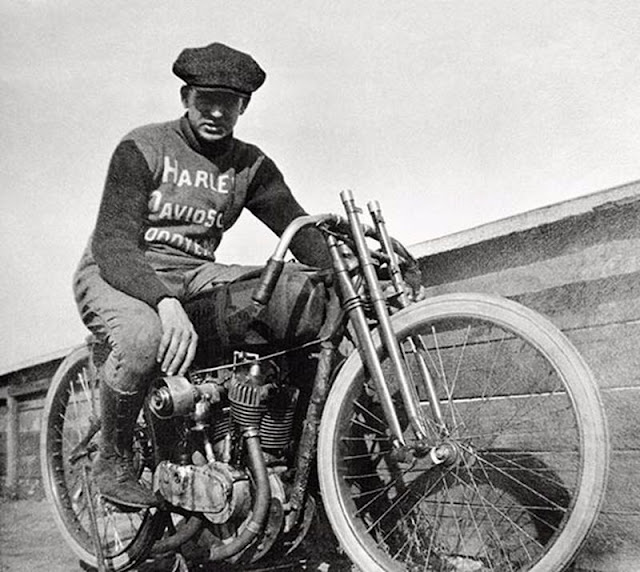 15 Vintage Photos Of Motorcycle Riders Posing In Their
