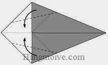 Bước 2: Gấp chéo cạnh hai tờ giấy vào trong.