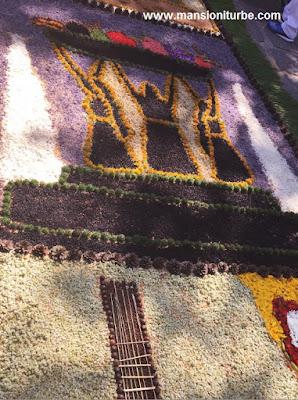 Fuente de las Tarasca plasmada en los Tapetes Florales de Patamban