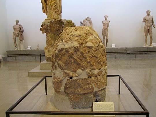 Omfalos - mitologiczny kamień wyznaczający środek ziemi.