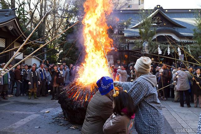Tondo-yaki (ritual bonfire of New Year's decorations), at Torigoe Shrine, Taito, Tokyo