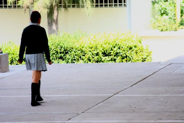 Violan a niña de secundaria en plena escuela y profesores no hacen nada