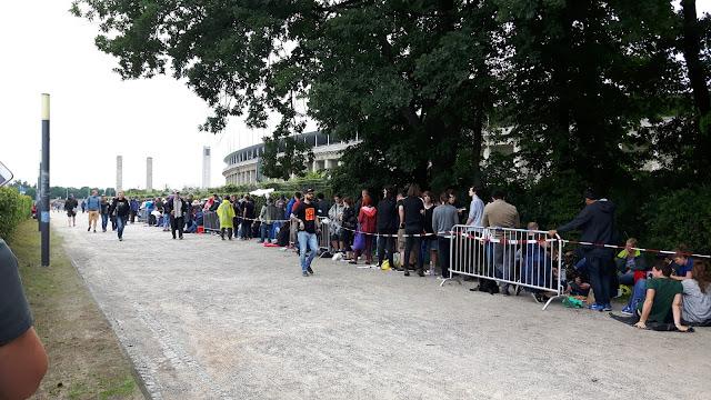 Warteschlange vor dem Olympiastadion Berlin - U2 Konzert
