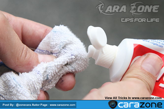 Cara membersihkan lampu kendaraan Anda dengan pasta gigi
