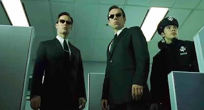 contoh foto low angle dari film matrix, si penjahat terlihat gagah