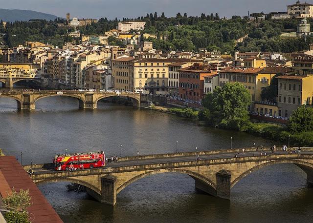 Ônibus turístico passando por ponte de Florença