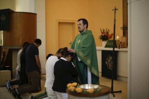 Demi Mendapat Suaka, Imigran Timur Tengah di Jerman Masuk Kristen