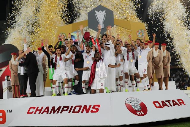 Các cầu thủ Qatar nâng cúp vô địch