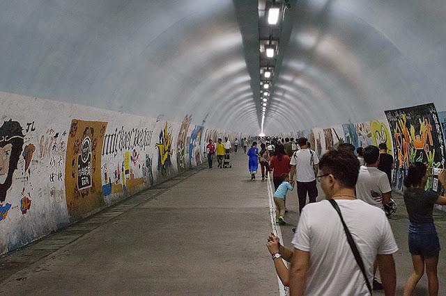À l'intérieur du tunnel Furong recouvert de graffitis