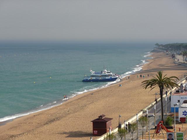 Прогулочный корабль Neptune высаживает пассажиров прямо на пляж города Бланеса