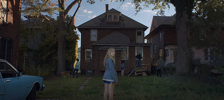 Maika Monroe in IT FOLLOWS (2014). Quelle: Screenshot Anchor Bay Blu-ray (skaliert)