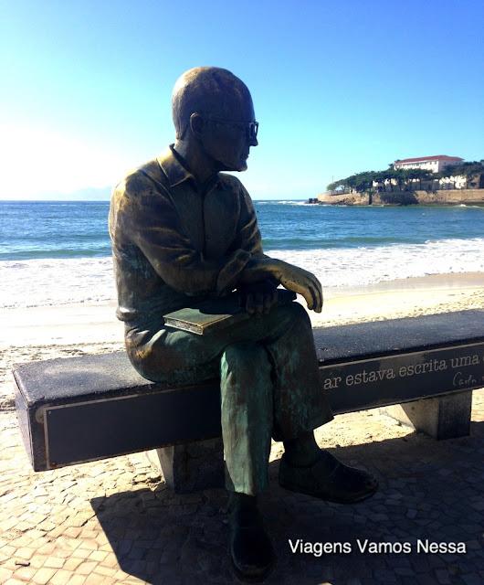 Estátua de bronze do poeta Carlos Drummond de Andrade no calçadão de Copacabana, RJ