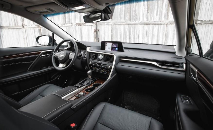 Khoang cabin của Lexus RX350 2016 trông như đang ngồi trong một chiếc tàu con thoi vậy