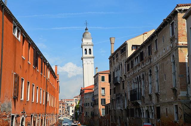 Šikmá zvonice benátského kostela Dan Giorgio dei Greci