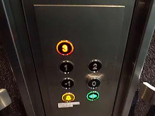 cara-naik-lift-yang-benar.jpg