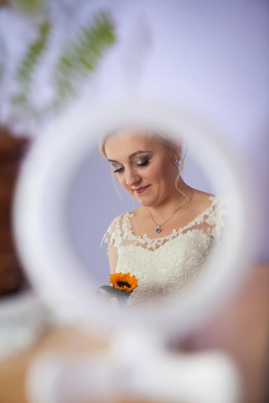 koronkowa biżuteria ślubna na Pannnie Młodej