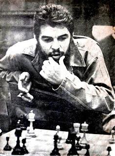 El Che Guevara disfrutando de una de sus aficiones favoritas, junto con la lectura.