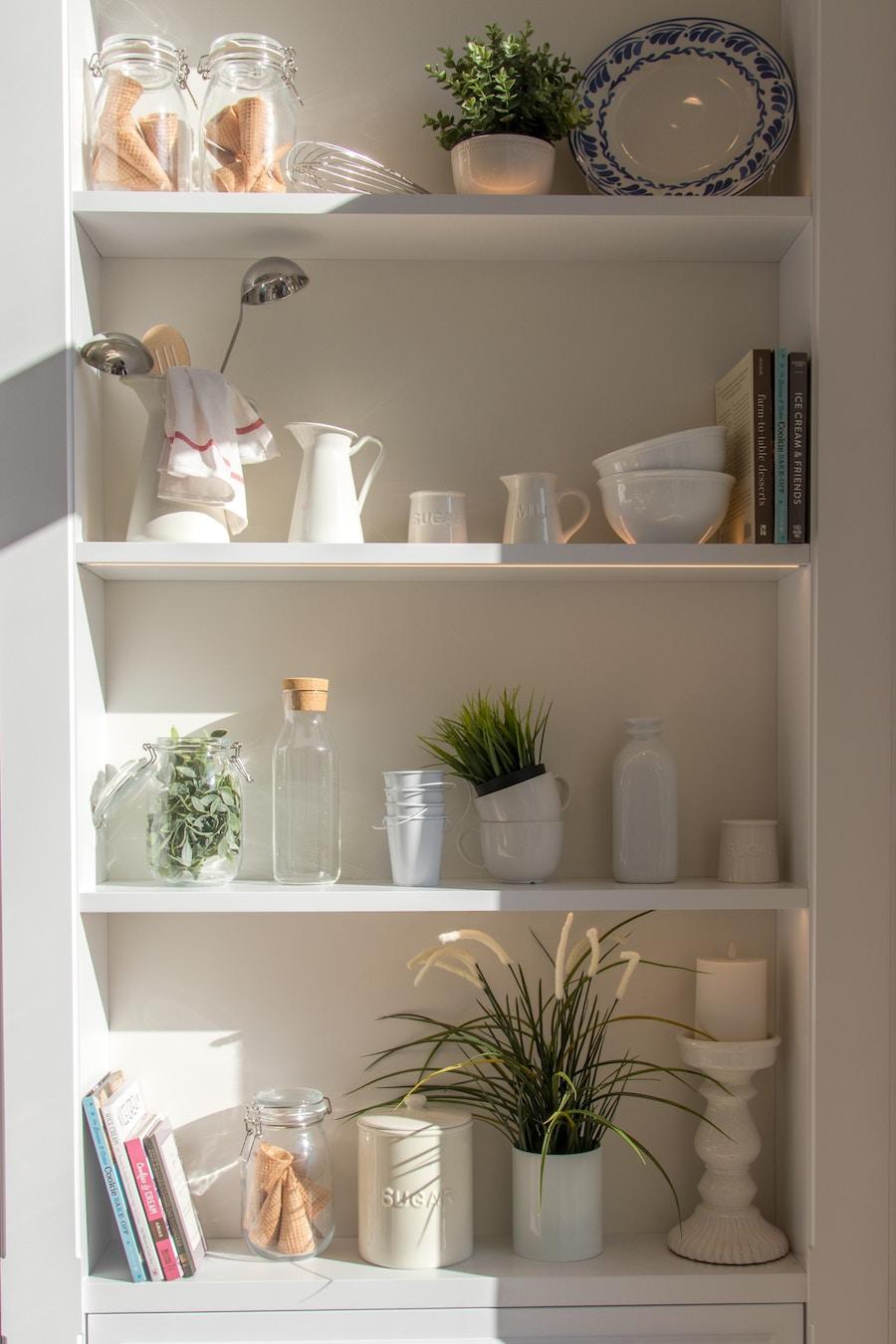 Estantería minimalista con objetos de cocina