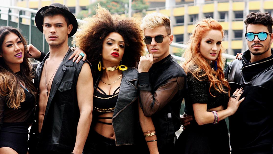 Com influências que vão da Rihanna ao Little Mix, o grupo é tipo uma versão desconstruída do RBD e tem muito a nos oferecer.
