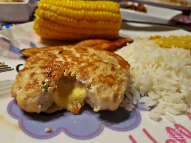Hambúrguer de frango recheado de queijo