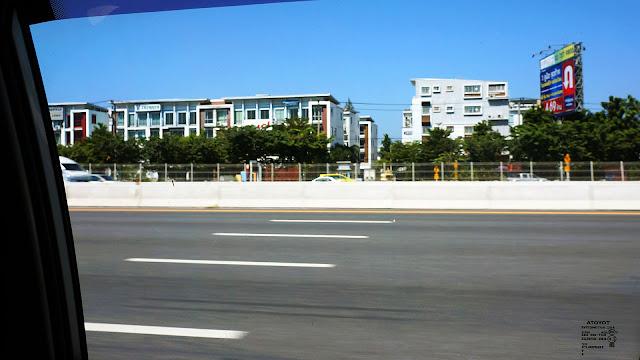 Изображение строений вдоль дороги из аэропорта Бангкока