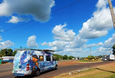 Projeto que leva a magia do cinema em uma van movida a energia solar visita Juquiá e Miracatu