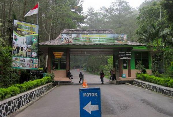 Gerbang masuk bayar tiket ke gunung tangkuban perahu