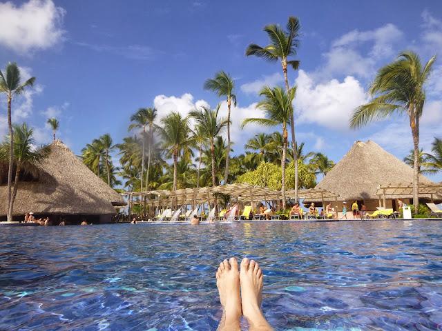 Uma das piscinas do hotel, de frente para a praia.
