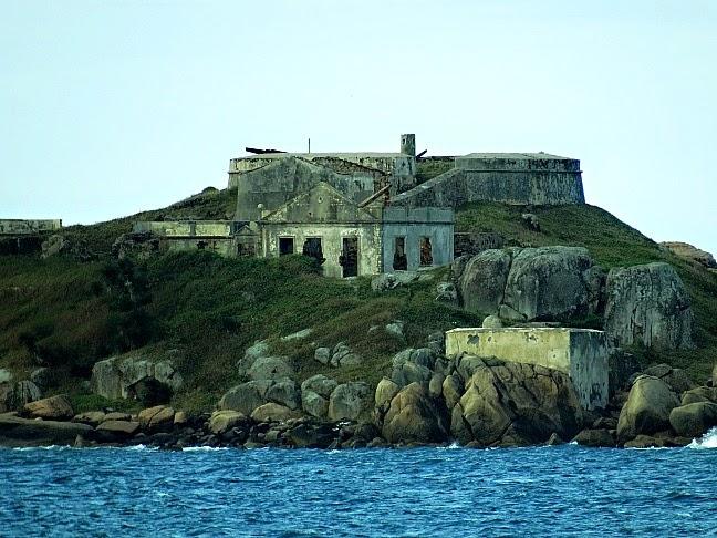 Fortaleza de Nossa Senhora da Conceição, na Ilha de Araçatuba, em Palhoça