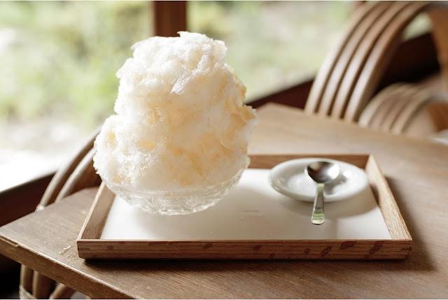 Swan鵝牌極致鵝絨日式刨冰 鵝絨雪花冰  雪松林裡的療癒咖啡館|如花瓣朝露般的鵝絨冰 吹上の森 吹上の森的招牌甜點,採用當地牛乳製成的甜味煉乳做成牛奶鵝絨冰-swan-kakigori-fukiagenomori-cafe-historical-wooden-house-milk-shaivedice