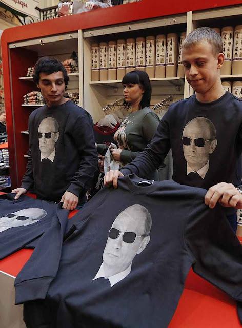 O artificial patriotismo induzido converge no culto da personalidade de Vladimir Putin. Loja em Moscou