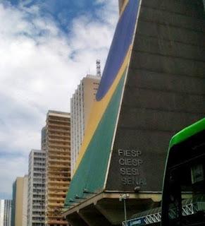Prédio da Federação das Industrias do Estado de São Paulo (FIESP), situado na Avenida Paulista, centro da cidade de São Paulo, com estampa da bandeira do Brasil em sua fachada.