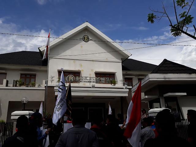 Foto Puluhan wartawan tersebut menuntut agar Dadal Angkoro angkat kaki dari Sulbar