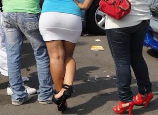 Sexy morena nalgona falda blanca entallada