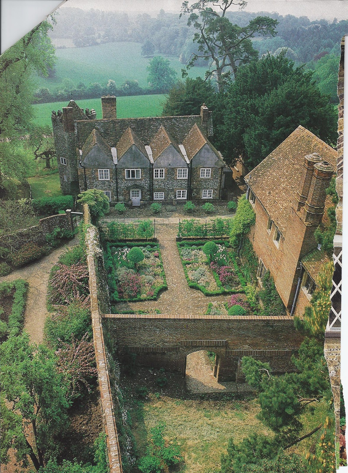 British Country Homes: The Charm Of Home: The Joy Of Gardening