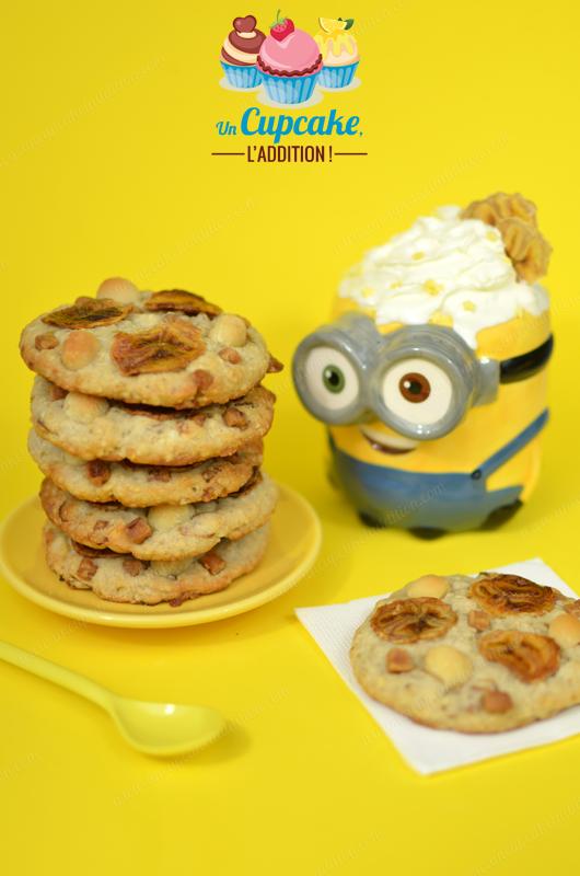 Cookies Moelleux Banane / Macadamia : des Cookies pour les plus Minions bananovores d'entre vous ! Ultra-moelleux, parfumés à la banane, agrémentés de noix de macadamia craquantes et de fudge fondant. BANANAAAAAA !
