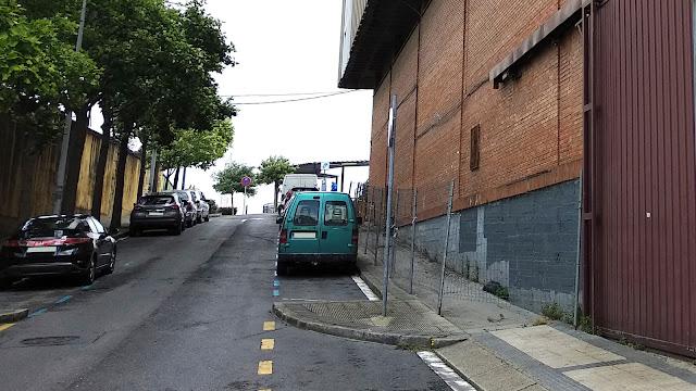 El vallado que interrumpe el paso de peatones por la calle Don Tello a la altura de los almacenes generales del Ayuntamiento