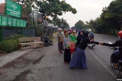 Latih Kepekaan Sosial Generasi Muda, Pemuda NU di Gresik Bagi-bagi Takjil ke Pengguna Jalan
